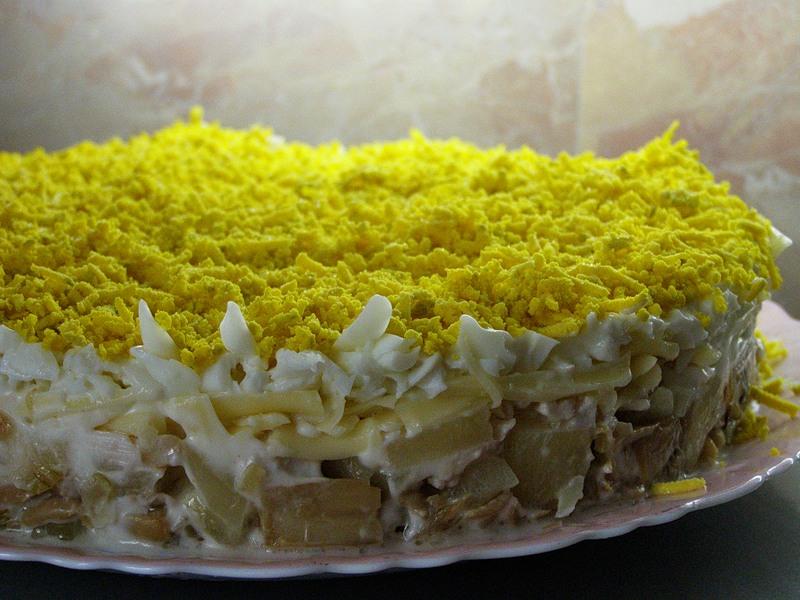Салат с курицей и ананасом грибами слоеный с фото