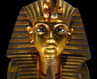 Маске Тутанхамона приклеили отвалившуюся бороду