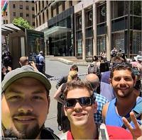 В твиттере обсуждают селфи на фоне кафе с заложниками в Сиднее