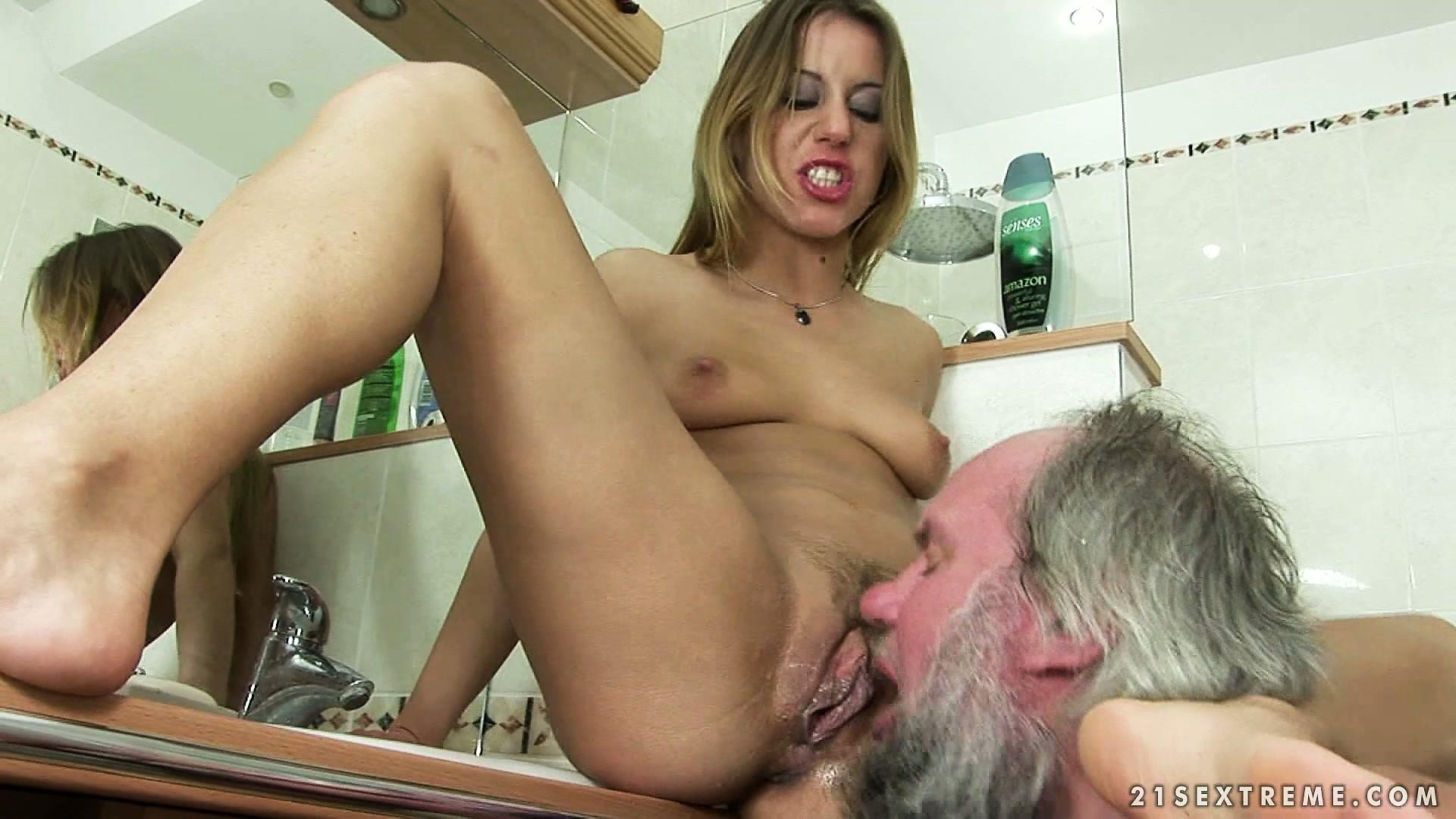 Лижет сочную пизду в туалете, порно хорошо заглатывает