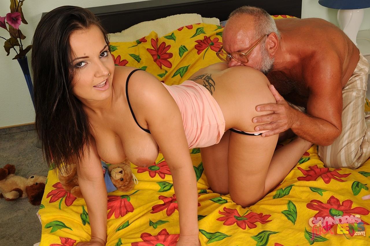 Порно фото хорошеньких трахают старики, стеснительная раздевается на улице
