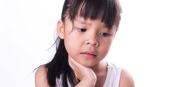 У ребенка болит живот и голова