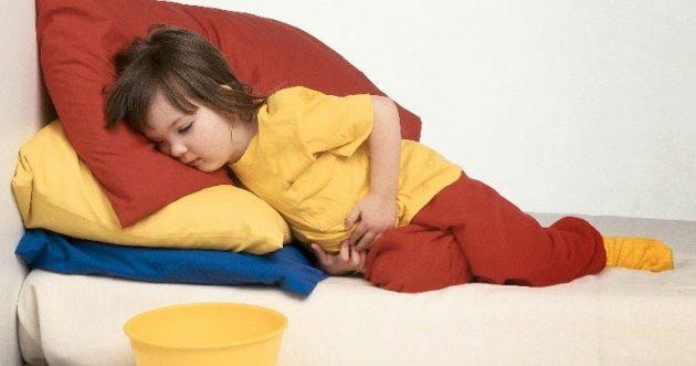 Почему у ребенка болит живот и высокая температура?