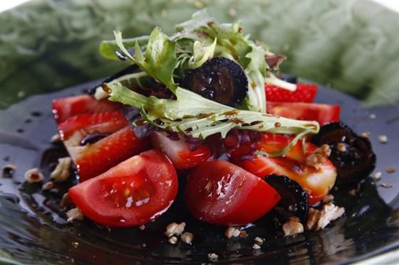 Ресторан Saperavi Café - фотография 46 - Салат из клубники и помидоров
