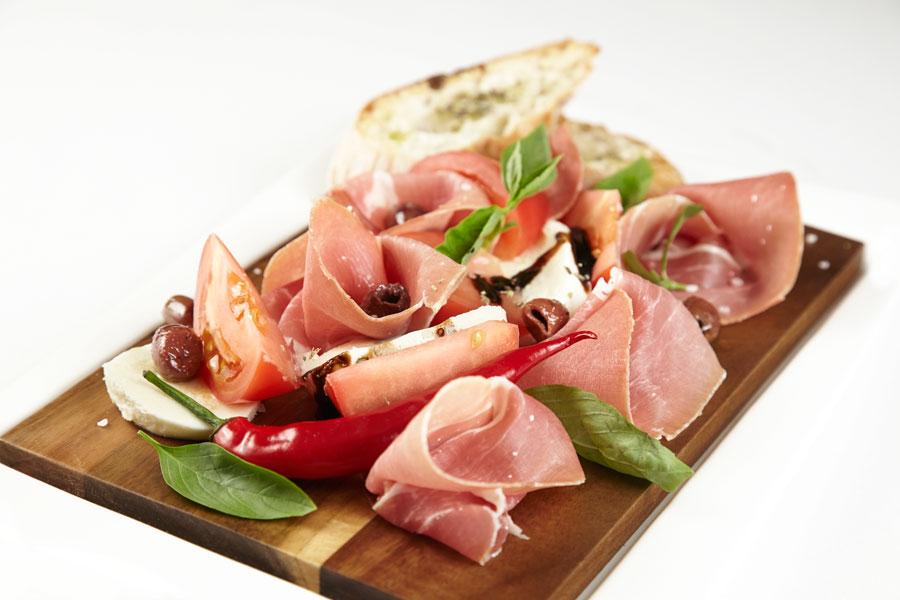 Ресторан Де Марко - фотография 30 - Пармская ветчина с моцареллой и томатами.