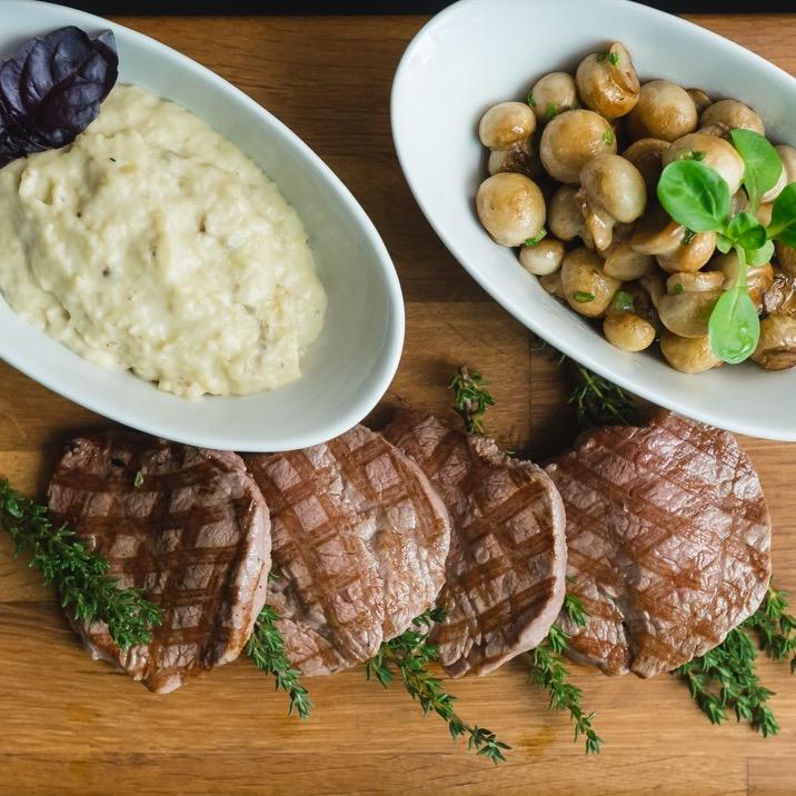 Ресторан Kitchenette - фотография 21 - Филе говядины на гриле с баклажанным пюре и мини шампиньонами