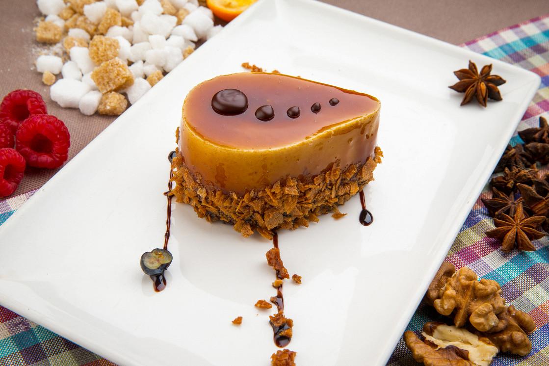 Ресторан Де Марко - фотография 9 - Нежнейшее карамельное пирожное с шоколадным Брауни