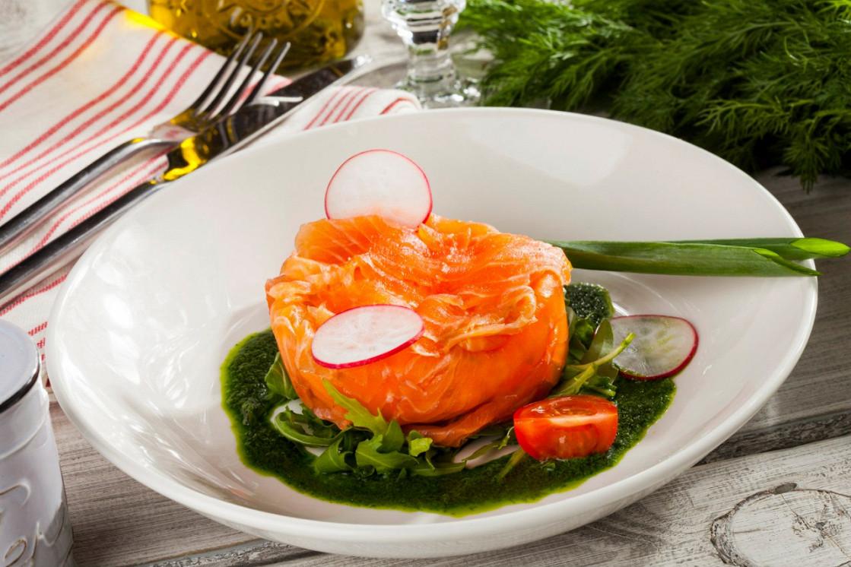 Ресторан Песто - фотография 2 - Террин из копченой форели со сливочным сыром, корнишонами и руколой с соусом из укропа