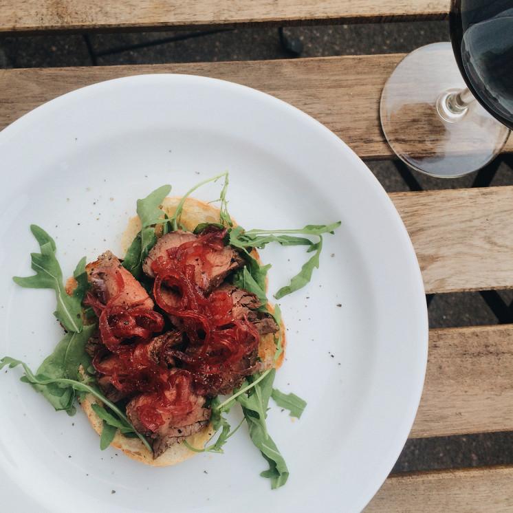 Ресторан Grey's - фотография 4 - Брускетта с ростбифом и луком конфи