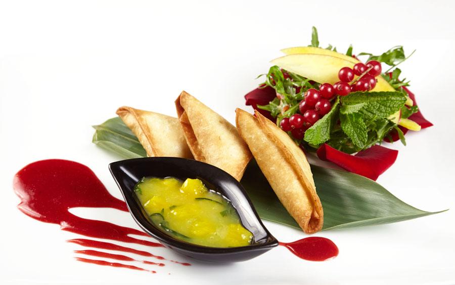 Ресторан Де Марко - фотография 15 - Салат из лепестков роз, груши и манго, под цитрусо-тархуновым соусом, и теплыми пастичино с паштетом из утки