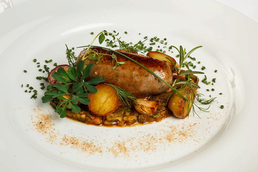 Ресторан G.Graf - фотография 22 - Баварские колбаски из мяса лося с тушеной капустой и горчичным соусом