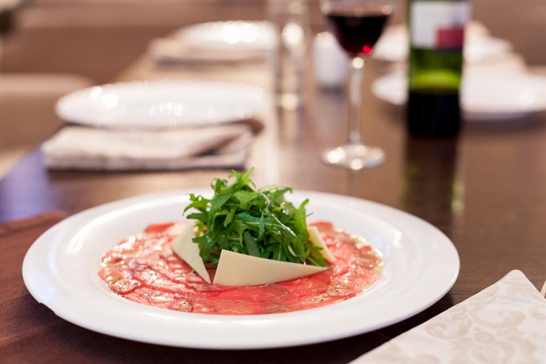 Ресторан Lima - фотография 5 - Карпаччо - блюдо из тонко нарезанного говяжьего мяса с листьями рукколы и сыром пармезан.