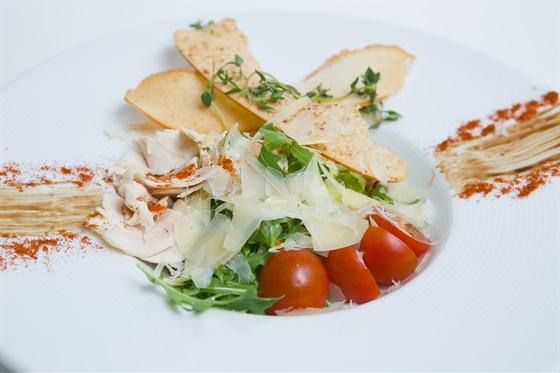 Ресторан Шуга - фотография 8 - Сочный болгарский перец, спелые томаты, редис и огурцы, с добавлением свежей зелени, заправляется по вашему вкусу