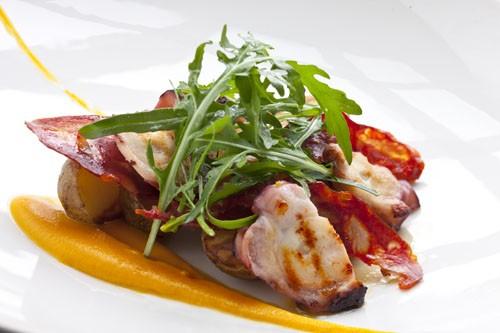 Ресторан Simple Wine Bar - фотография 12 - Теплый салат из осьминога с молодым картофелем, чоризо и маслом маракуйи