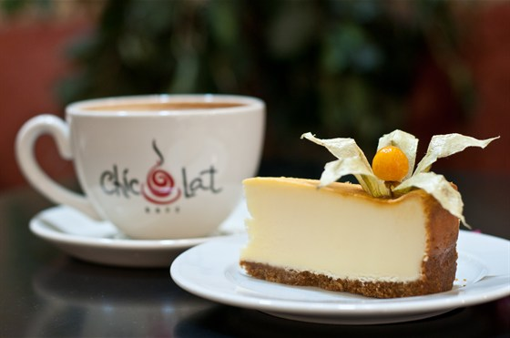 Ресторан Шиколат - фотография 2 - Особенности заведения:  детское меню,  завтраки,  зона для некурящих, кальян, парковка, экран, WI-FI зона.