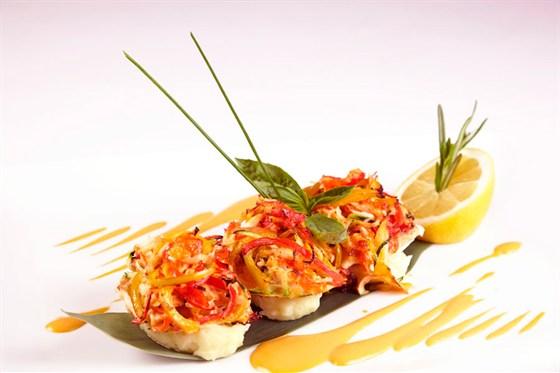 Ресторан Де Марко - фотография 17 - Филе палтуса запеченное под крабовым мясом с картофельным пюре и креветочным соусом