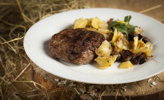 Ресторан Лесоруб - фотография 6 - Котлета по-домашнему 90 р. Картошка с луком и грибами 70 р.