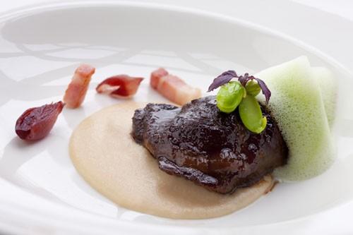 Ресторан Simple Wine Bar - фотография 15 - Щечки молочного теленка на парментье с копченым беконом, нежной фасолью под соусом из петрушки и белого трюфеля