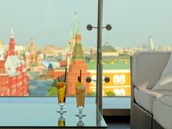 Ресторан O2 Lounge - фотография 19 - Стильный бар на крыше отеля с просторной летней террасой и изумительной панорамой Красной площади, Кремля и Тверской улицы.
