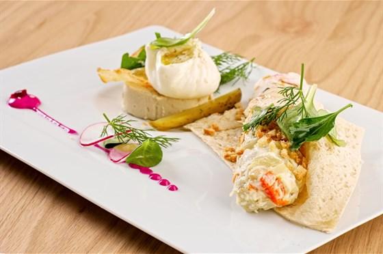 Ресторан Грибоедов - фотография 1 - Оливье с муссом из цыпленка и яйцом пашот