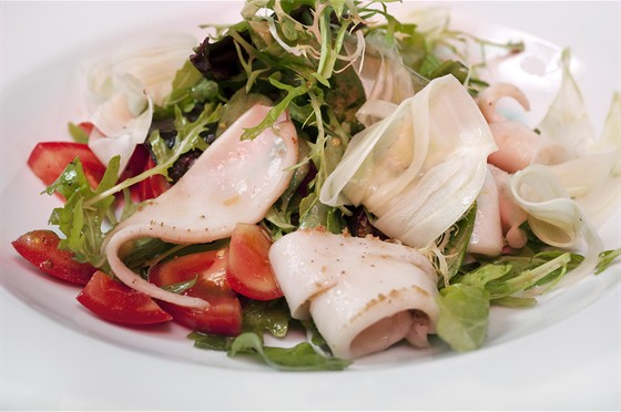 Ресторан Farina Bianca - фотография 16 - Салат с фенхелем и жареным кальмаром - 250 руб.