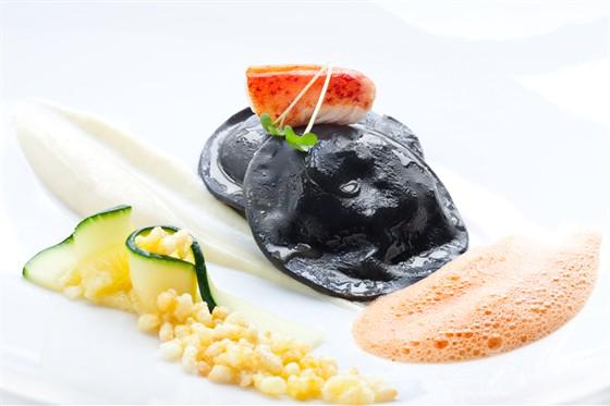 Ресторан Grand Cru by Adrian Quetglas - фотография 7 - Равиоли из омара с легким и пряным соусом тандори и хрустящим жасминовым рисом
