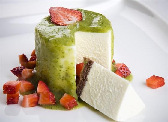 Ресторан Discovery - фотография 15 - Воздушный Чиз-кейк с муссом из фейхоа и киви