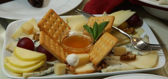 Ресторан Траттория в Сокольниках - фотография 39 - Сырная тарелочка.