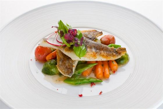 Ресторан Де Марко - фотография 17 - Филе ледяной рыбы под соусом из белого вина с молодыми овощами
