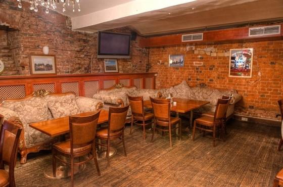 Ресторан Rosie O - фотография 7 - Большие, мягкие, уютные диваны для вашего отдыха в концертном зале