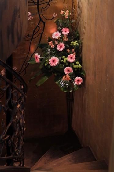 Ресторан Voice - фотография 4 - Цветов очень много по всему клубу