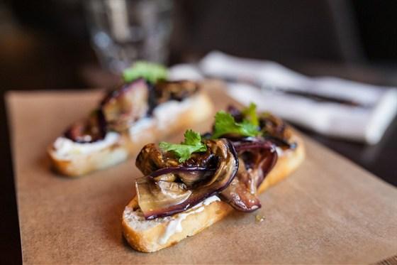 Ресторан Brixton - фотография 6 - брускетты с баклажаном и сливочным сыром