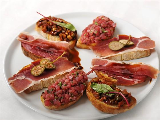 Ресторан Farina Bianca - фотография 15 - Брускетты разные - от 90 до 120 руб.