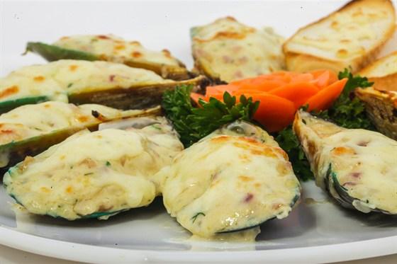 Ресторан Золотой бамбук - фотография 30 - ЧАЙ НЫОНГ Мидии поджариваются на пламени. В блюдо добавляют сыр, зеленый перец.