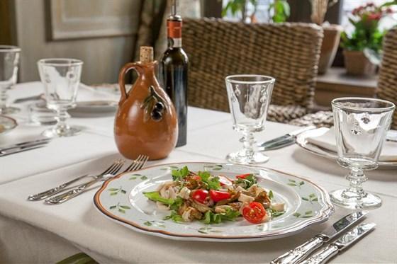 Ресторан Золотой козленок - фотография 1 - Теплый салат с артишоками и кальмарами
