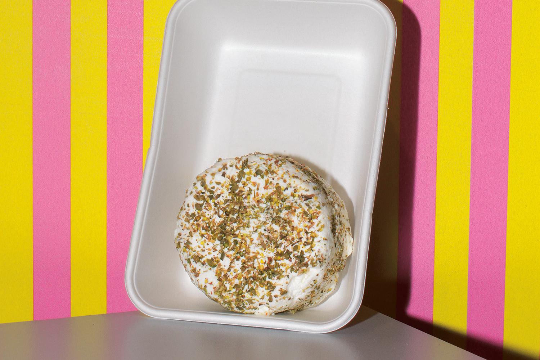 Один набор CheeseBox позволяет приготовить около 20 кг сыра. В комплект входят пищевой термометр и набор мерных ложечек