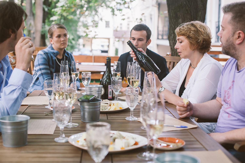 Закусывали русское вино русским же сыром, и если напитки вызывали ассоциации с отремонтированной школой или фильмами Германа, то один из сыров Василию Быкову (крайний справа) напомнил мыло