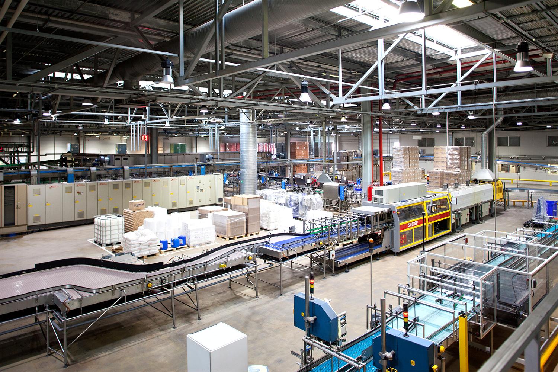 На заводе работают шесть линий по розливу. На каждой по одному человеку — оператору, который следит за работой конвейера. В остальном завод полностью автоматизирован