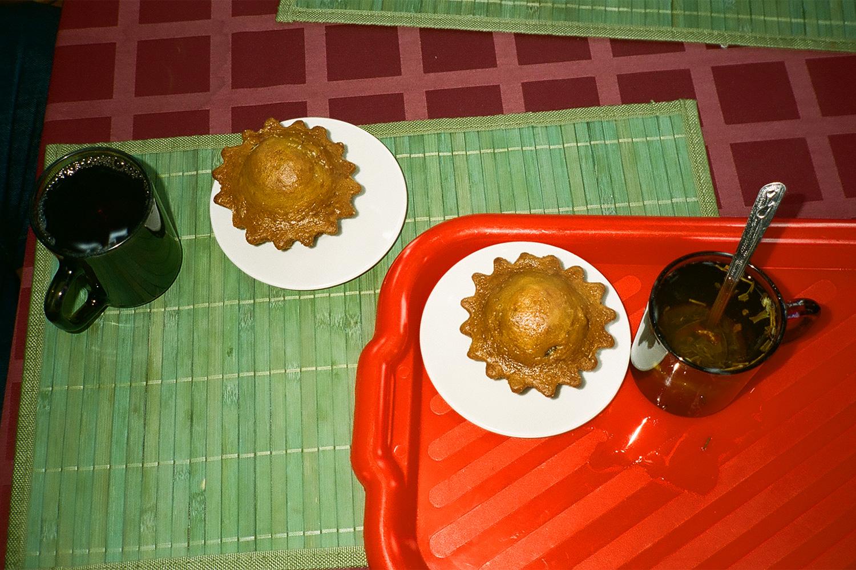 Чай с кексами в кафе в павильоне «Цветоводство». Общий счет – 150 р.