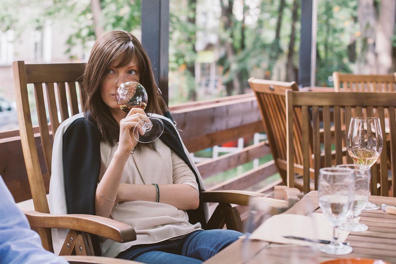 Мария Касицина пробует розовое вино «на нос»