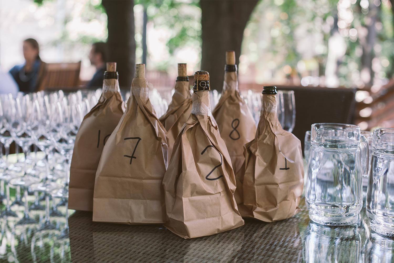 По российскому законодательству СМИ не могут называть торговые марки вина и демонстрировать их этикетки. Участники дегустации их узнавали, но только после тестирования и обсуждения