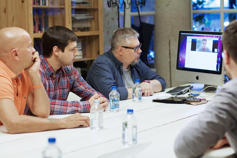 Саули Кемппайнен с директором «Оранж 3» Сергеем Меркуловым, Александр Ильин и Каспар Горд на экране