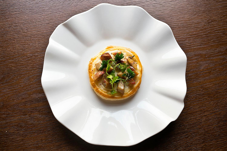 Пирог с белыми грибами и чесночным кремом, 580 р.