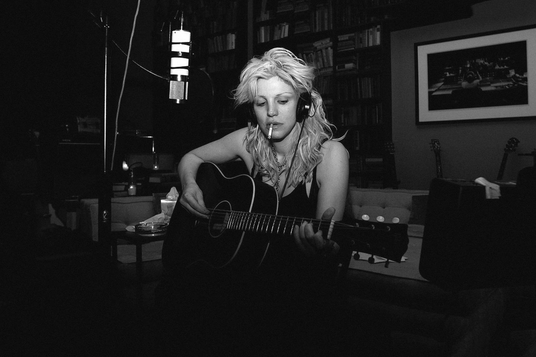 Кортни Лав записала двойной сингл и послала всех к черту