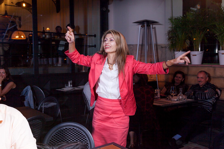 Теодора Янници танцует в ресторане Molon Lave
