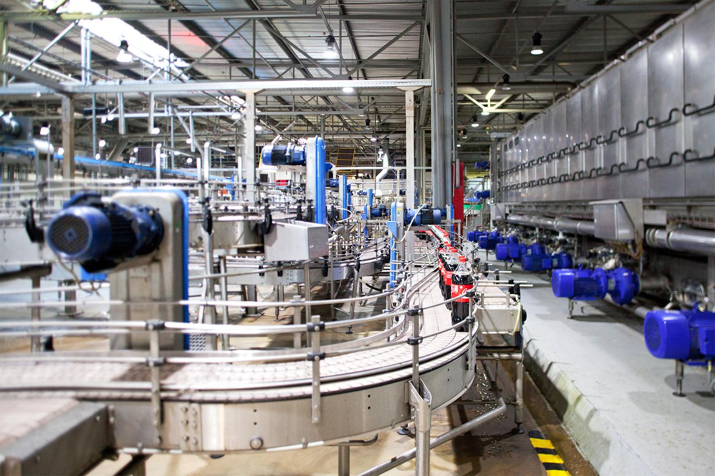 Процесс приготовления газировок контролируется лабораторией. В ней трудится около 20 человек. Они берут пробы сырья, воды, сахара и так далее на каждом этапе, а также проводят микробиологическую экспертизу