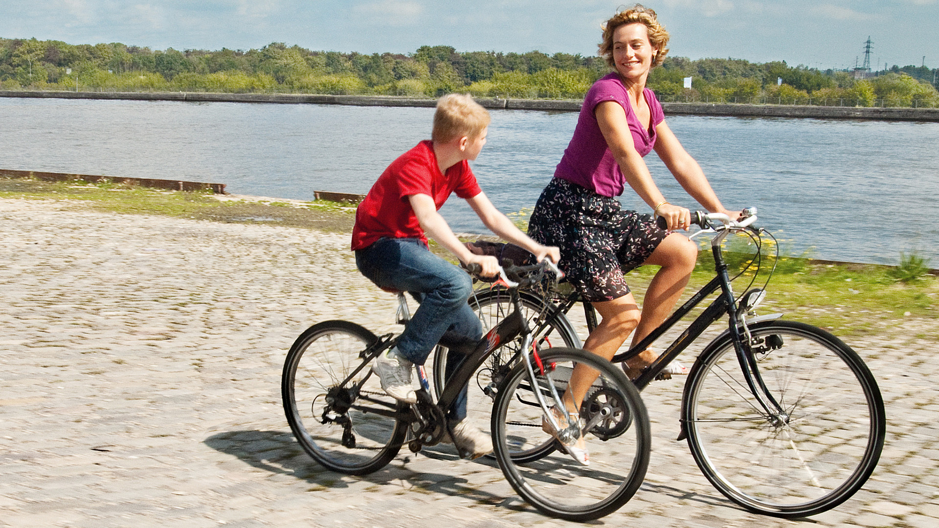 Мальчик с велосипедом смотреть фото