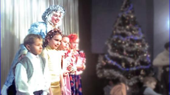 Новогоднее представление у нарядной елки