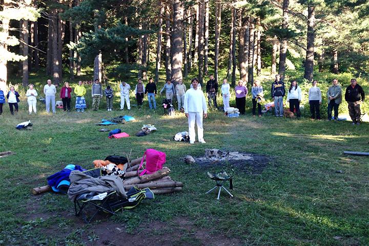Школа единого учения чтит своего учителя Зора Алефа на поляне в живописном лесу