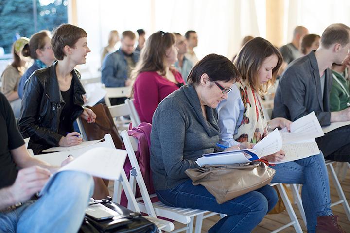 В аудитории присутствуют люди всех возможных возрастов — от школьников до пенсионеров
